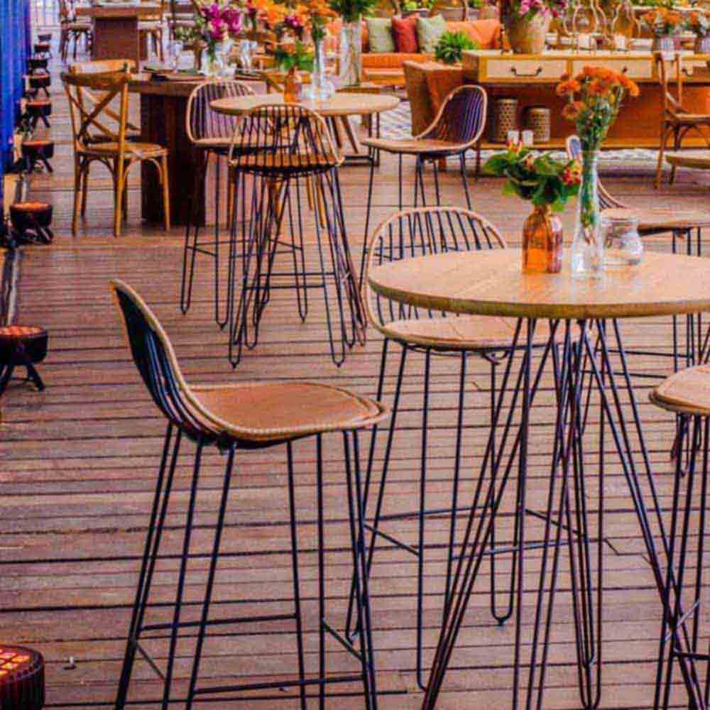 Banqueta Clever Trama e Couro Caramelo Base em Aço Carbono Preto Design Industrial e Minimalista
