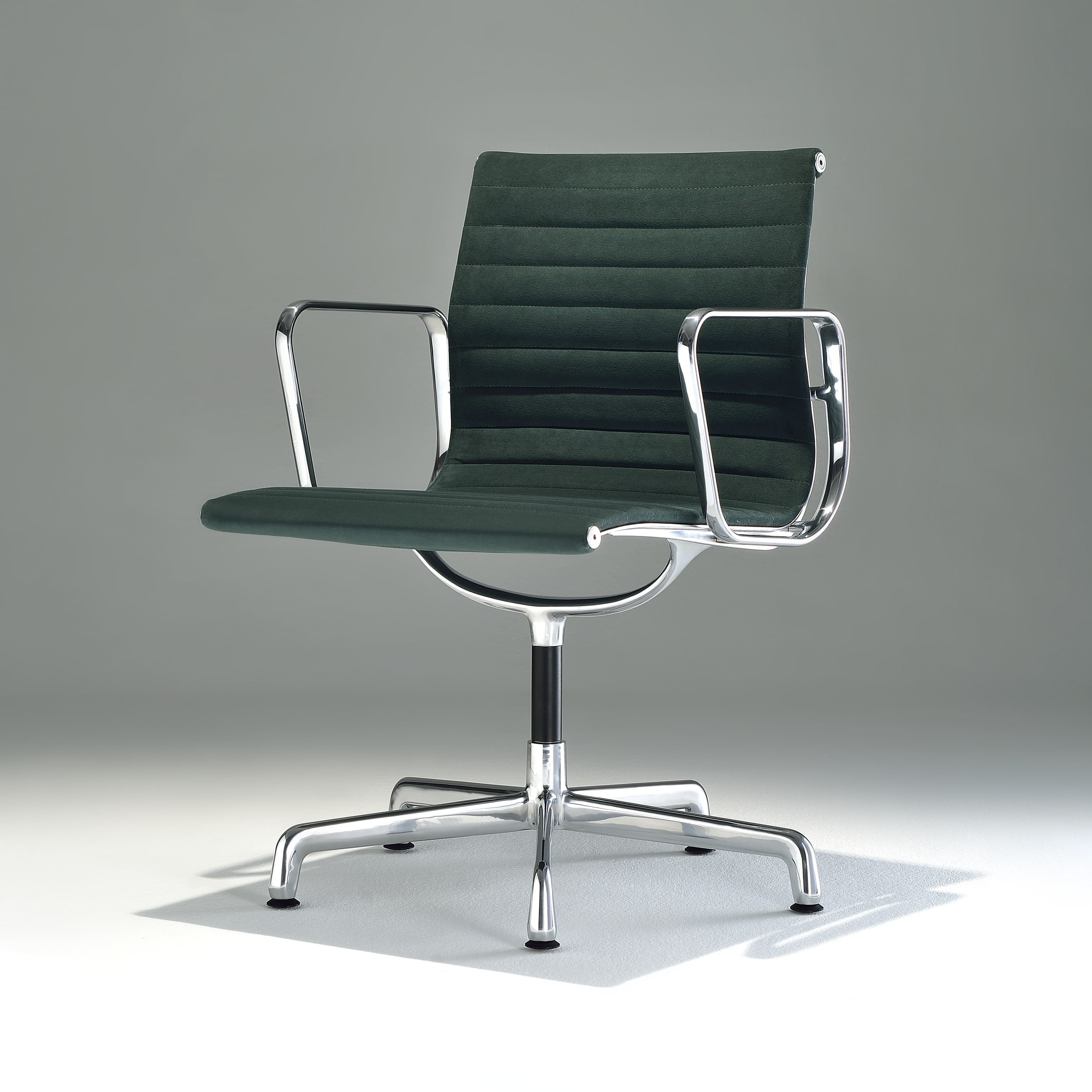 Cadeira EA120 com Braços Base Giratória em Alumínio Studio Mais Design by Charles e Ray Eames