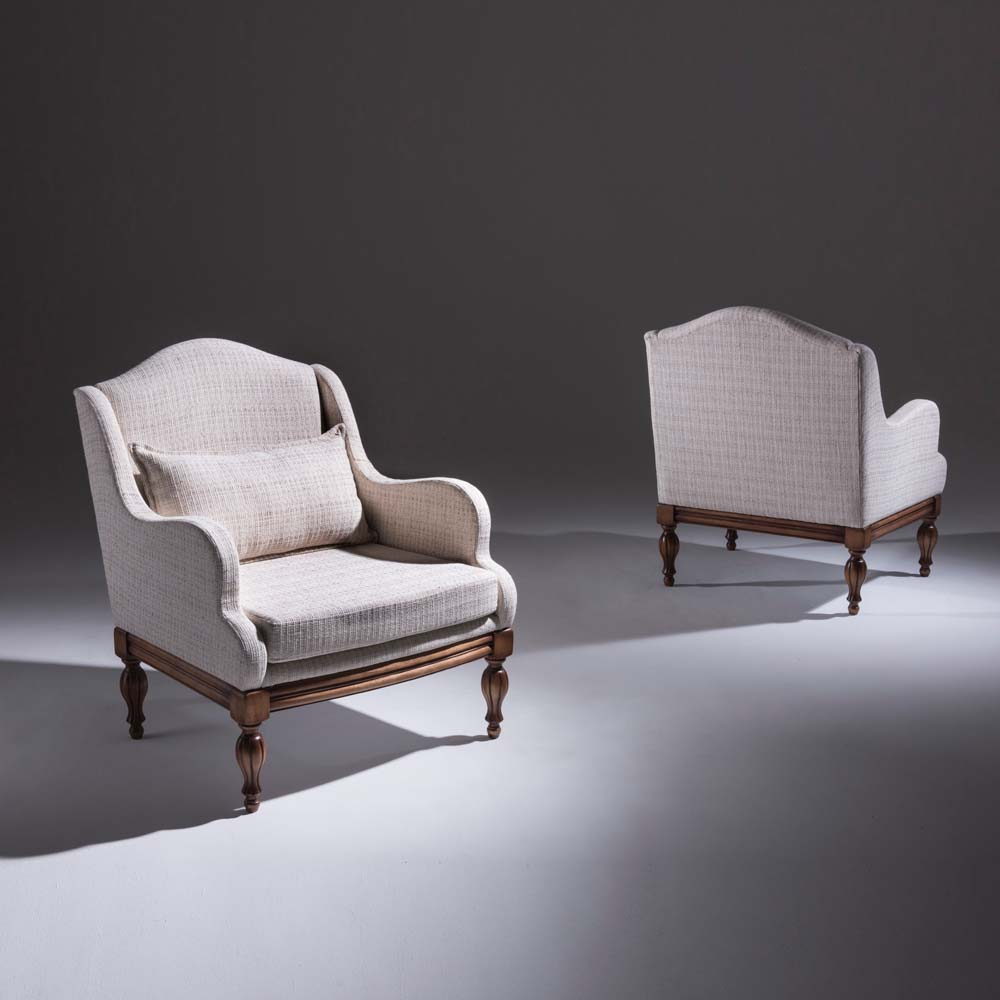 Poltrona Azaléia Estofada e Tecido Europeu Exclusivo Base Madeira Maciça Design Clássico Avi Móveis
