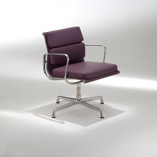 Cadeira EA207 Soft com Braços Base em Alumínio Studio Mais Design by Charles e Ray Eames