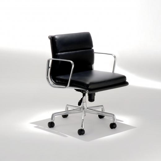 Cadeira EA217 Soft com Braços Base Giratória em Alumínio Studio Mais Design by Charles e Ray Eames